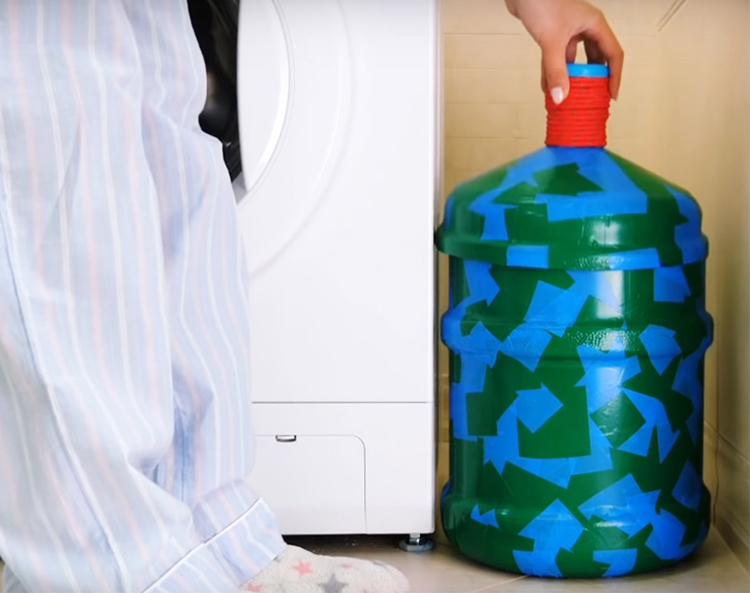 Такая бутыль не займёт много места в вашей ванной и позволит компактно хранить бельё до стирки