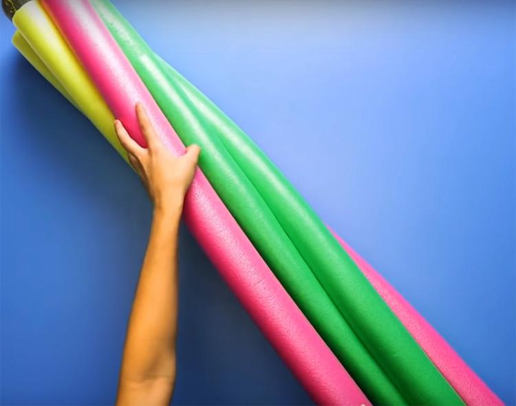 Наклейте полосы на трубу, слегка смещая их по спирали, как показано на фото