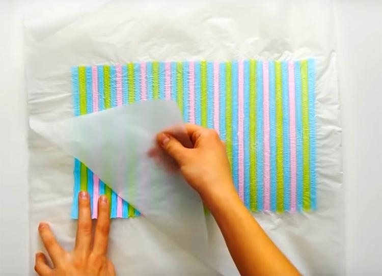 Когда расплавленный материал остынет, аккуратно снимите с него бумагу. У вас получится лист цветного пластика