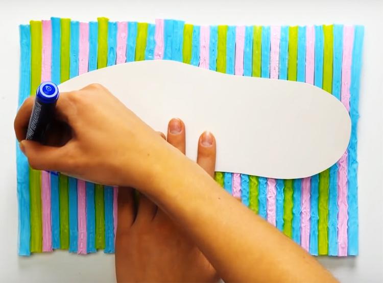 Вы можете использовать этот пластик для разных целей. Например – сделать банные тапочки. Это очень просто: обведите свою стопу на бумаге, сделайте шаблон и перенесите его на пластик для вырезания подошвы