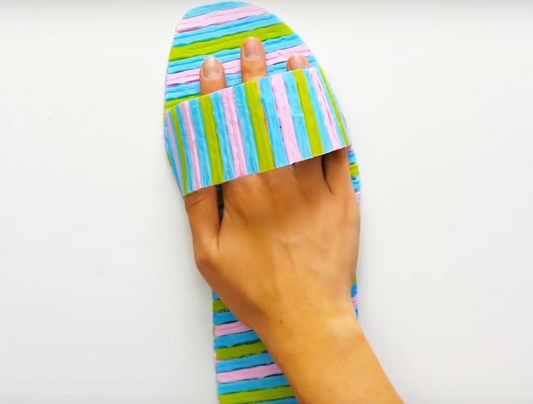Из полоски того же пластика сделайте верхнюю часть тапка и приклейте её на термоклей