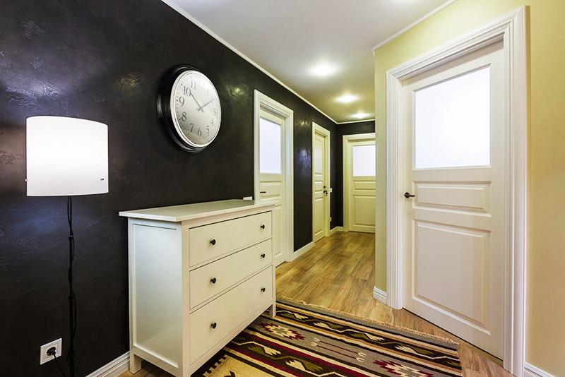 Если вы всё же хотите оставить полки и поверхности комодов пустыми, повесьте над мебелью большие часы