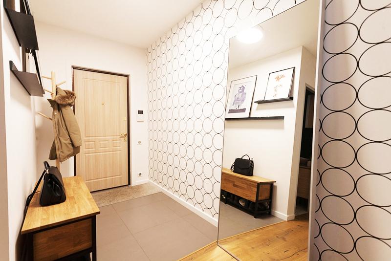 Дополнительно прислоните к стене с геометрическими обоями большое зеркало. Расположите его таким образом, чтобы в нём отражалась не стена, а продолжение коридора или переход в комнату