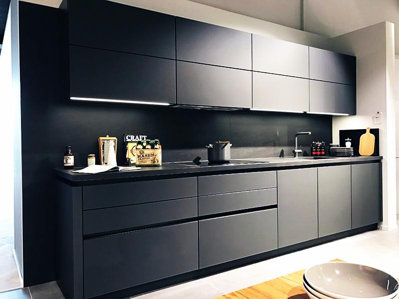 Современные кухни создаются по особым чертежам и не имеют никаких лишних деталей, таких как ручки и выступающие механизмы для открытия дверцы. Старайтесь подбирать аксессуары в тон кухне, поищите в магазинах чёрный смеситель и раковину