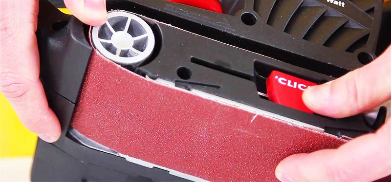Механизм запускается при помощи кнопки или рычага, традиционно расположенного на одной из боковых поверхностей устройства