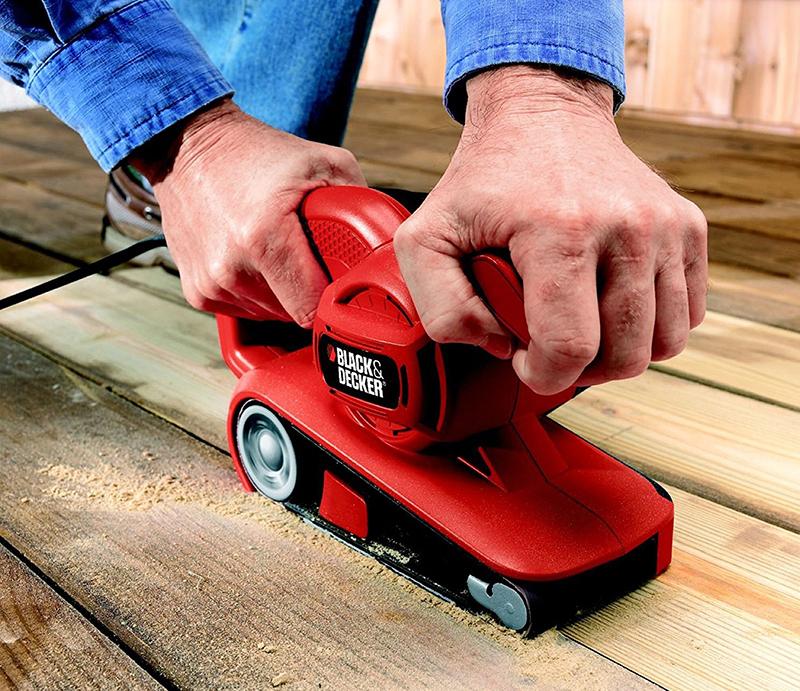 Владельцу необходимо лишь медленно, с определённой степенью нажима проводить по обрабатываемому материалу