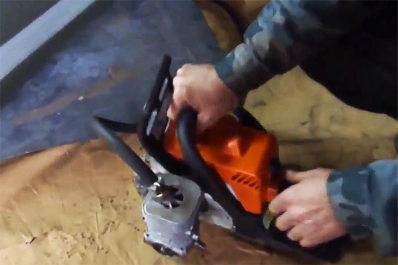 Накачать лодку или матрац поможет компрессор, установленный на бензопилу