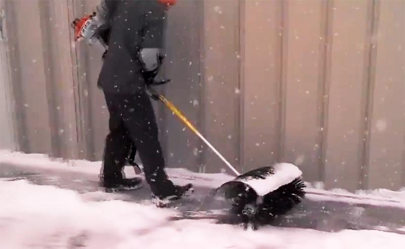 Моторизированная щётка поможет в уборке территории после снегопадов