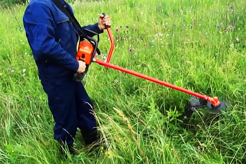 Насадка-триммер на бензопилу упростит покос травы