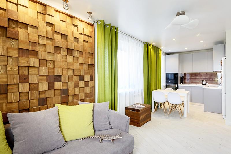 Разбавляйте деревянные элементы зелёным цветом – в экоинтерьер идеально впишутся зелёные занавески из плотного качественного материала