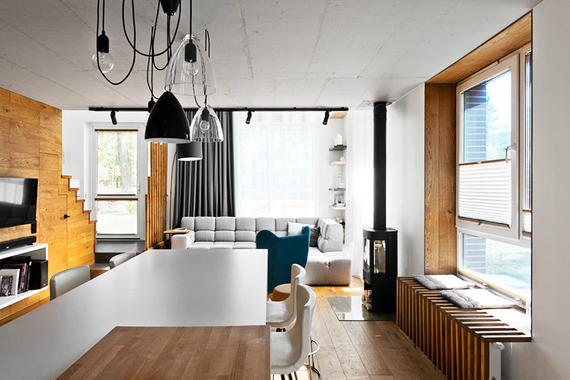 Повесьте над кухонным или обеденным столом несколько свисающих ламп с чёрными и прозрачными плафонами