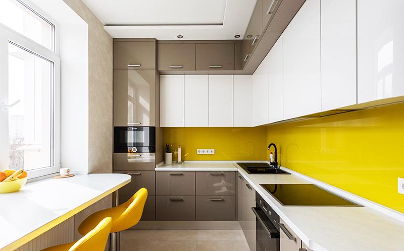 Можно установить сплошной кухонный фартук, чтобы не приходилось постоянно оттирать пятна между швами плитки