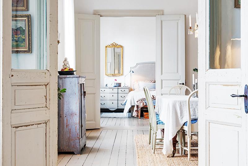 Старую мебель можно оставить в квартире, предварительно обработав её наждачкой и краской для декупажа