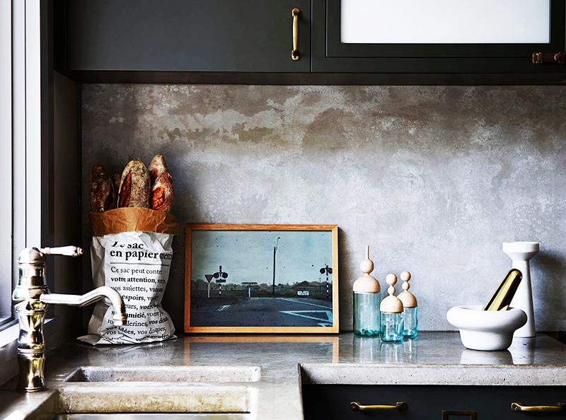 Для экостиля подойдут деревянные панели, но если вы предпочитаете лофт, оставьте в квартире несколько бетонных стен и покройте их одним слоем грунтовки, чтобы получить необычный пятнистый рисунок