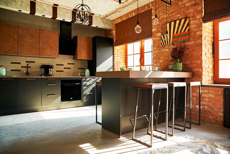 Сочетайте красный, коричневый и чёрный цвет – так квартира будет выглядеть не только стильно, но и дорого