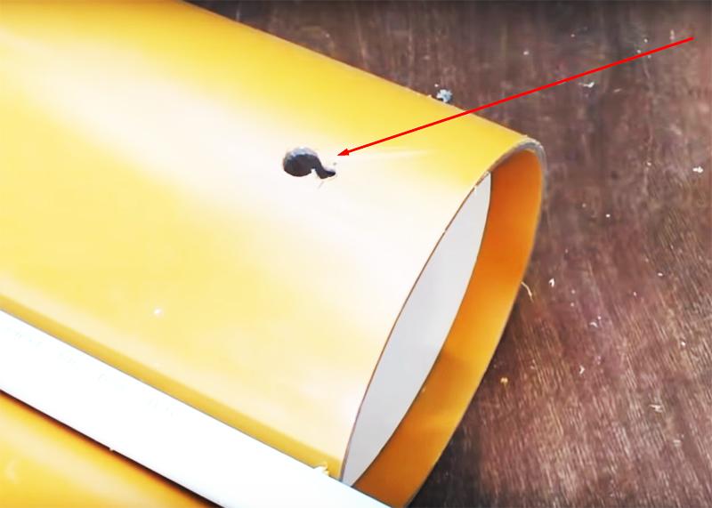 Чтобы органайзер случайно не слетел с крепежей, нужно, чтобы каждое отверстие состояло из двух: побольше ─ для шляпки и поменьше ─ для ножки шурупа или самореза