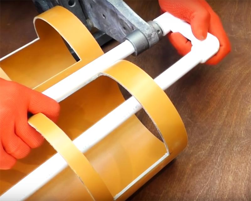 Если у вас есть инструмент для горячей пайки пластиковых труб, то используйте его для скрепления деталей ручки, если нет – примените клеевой пистолет