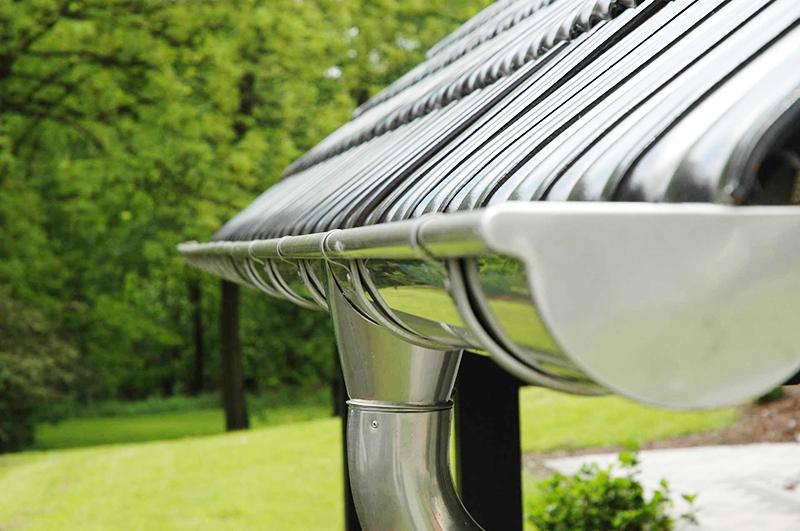Пространственное положение каждого элемента определяет стабильность работы отлива для крыши