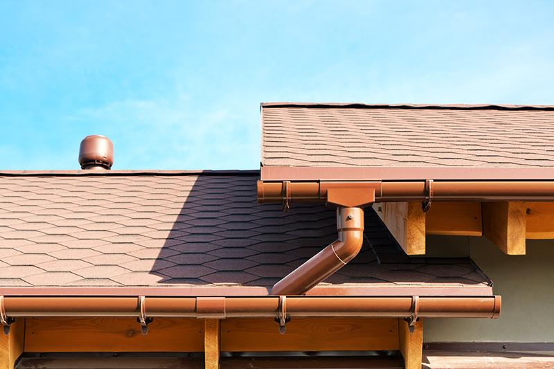 Для двухскатной крыши выбирается наружная система