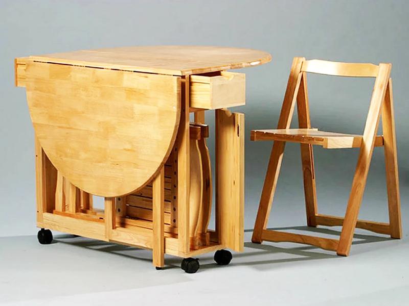Столы из дерева прочны и красиво смотрятся в интерьере
