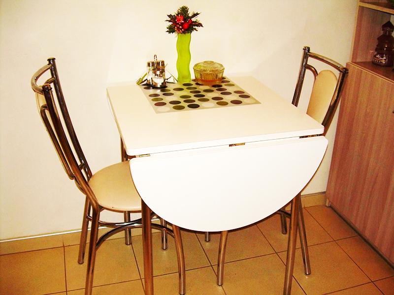 Раскладной кухонный стол для кухни небольшого размера