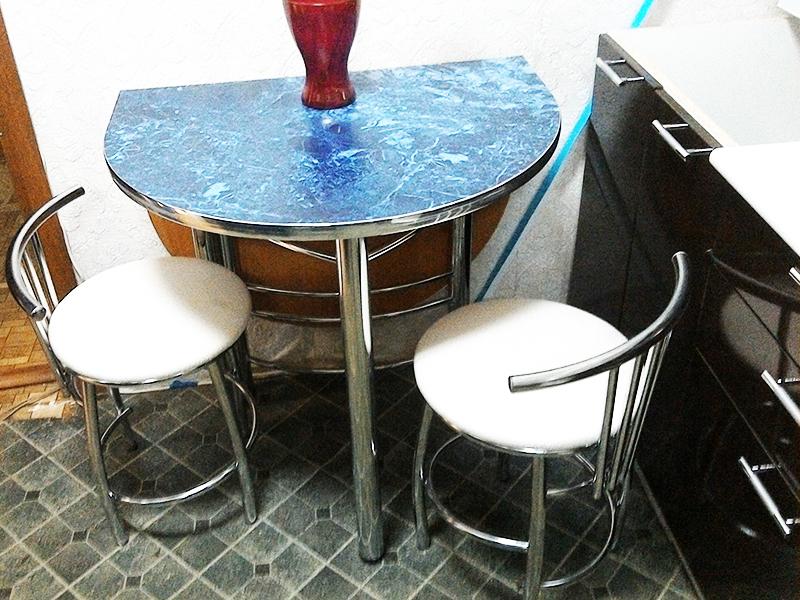 Компактный раскладной стол на кухне