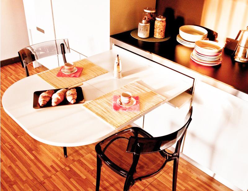 Выдвижной полукруглый стол, встроенный в гарнитур