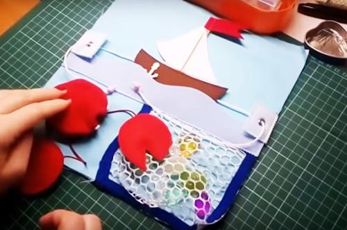 Чем занять непоседу: развивающий коврик для детей своими руками