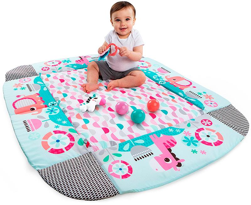 Простой коврик. Он похож на обычное одеяло с наполнителем, покрытое яркими аппликациям