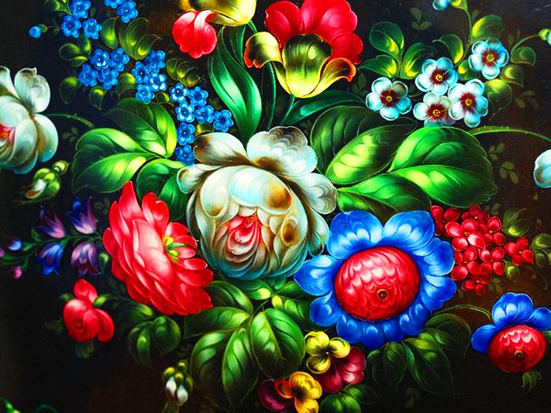 В центре рисуют самые крупные цветы, а по краям уже те, что мельче