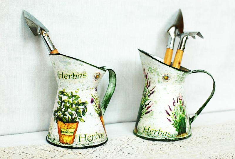 Металлические предметы перед декорированием очищают от ржавчины, обрабатывают грунтом, краской и после наносят мотив