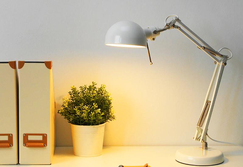 Лампочка в комплекте не идёт, можно использовать свечеобразный молочный светодиод Е14
