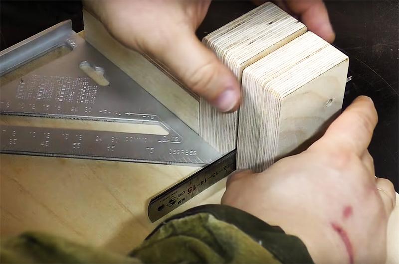Второй брусок следует закрепить на расстоянии, равном толщине лезвия разделочного топорика. Используйте в качестве шаблона сам топорик или, как сделал это автор, несколько металлических линеек