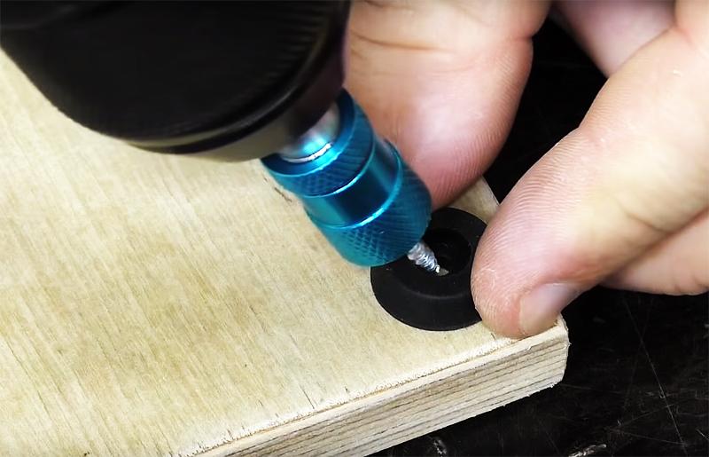 Чтобы ваш новый инструмент не царапал поверхность стола, закрепите по углам доски с нижней стороны резиновые шайбы-ножки