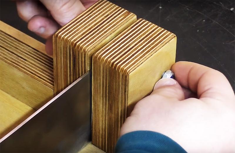Зафиксируйте инструмент шпилькой и закрепите её с двух сторон гайками