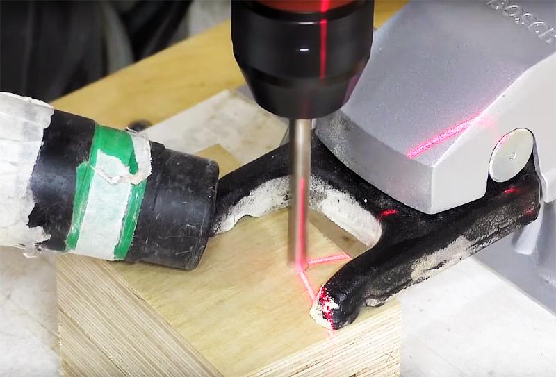 Просверлите бруски насквозь в строго вертикальном положении сверла. Это важно, так что лучше использовать лазерный уровень или стационарно закреплённое сверло