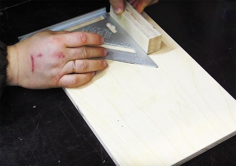 Отступите от края доски примерно пару сантиметров и прикрепите небольшую планку длиной 15 см. Это будет направляющая для подачи продукта. Прикрепить планку можно столярным клеем или парой саморезов, вкрутив их с нижней стороны