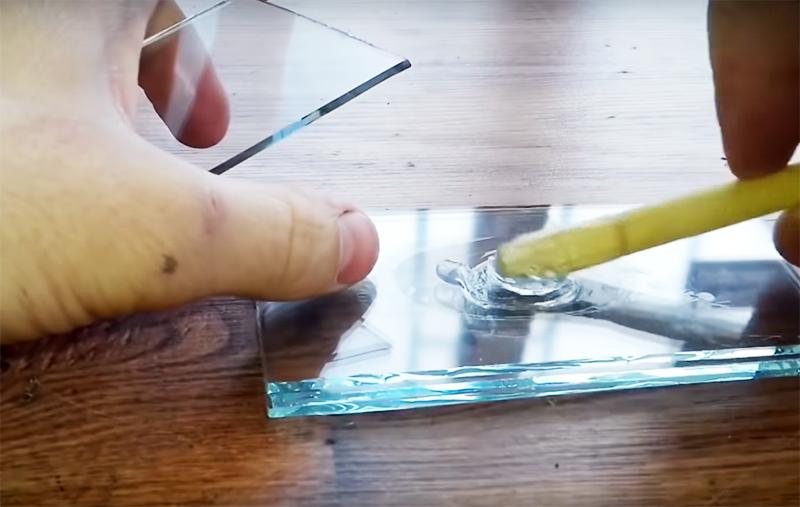 Для скрепления стеклянных деталей подойдёт любой прозрачный клей или клеевой пистолет
