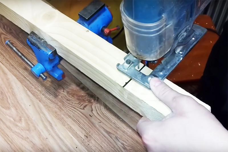 Для основания светильника вам потребуется кусок деревянного бруса шириной примерно 15 см с гранью не меньше 6 см