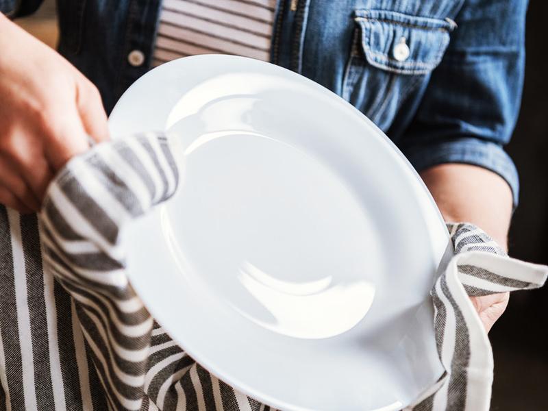 Недопустима ситуация, когда моющее средство остаётся на посуде: оно непременно попадёт в пищу