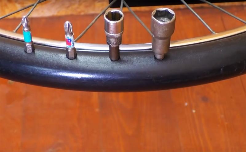 В пластиковой трубе, которая занимает место шины, сделайте небольшие отверстия дрелью: здесь можно хранить сверла и биты