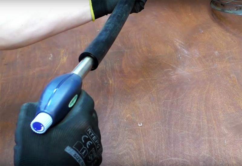 Чтобы уложить пластиковый шланг на место, где обычно располагается велосипедная шина, его нужно нагреть горелкой