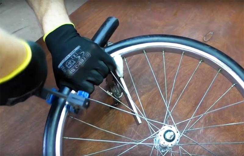 Оберните шланг вокруг колеса, зафиксируйте струбцинами и прикрутите концы к колесу