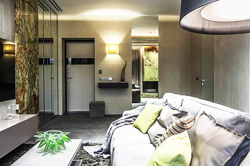 Потолочные точечные светильники практически сливаются с белоснежным потолком прихожей