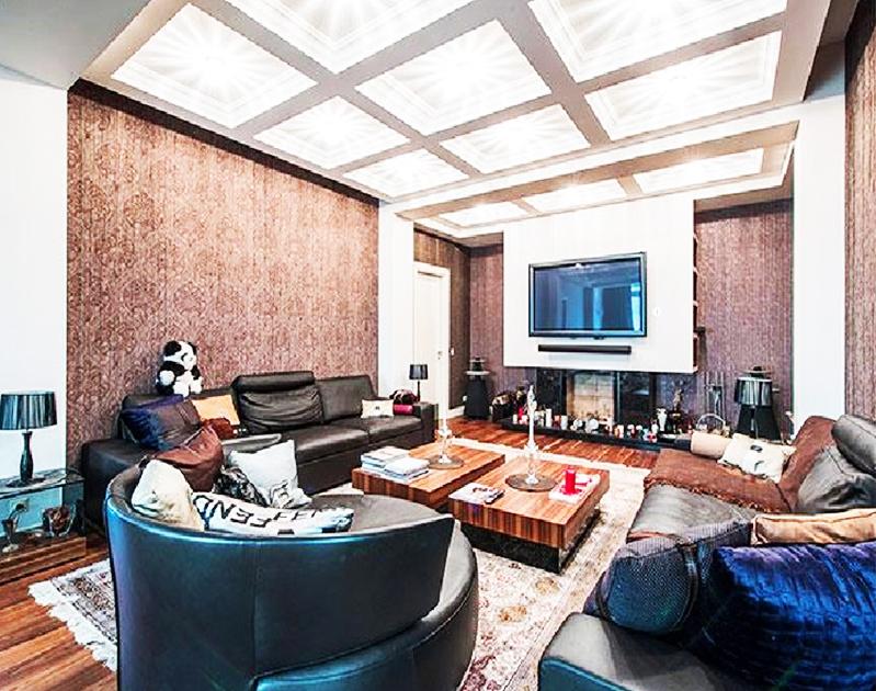 Дизайнерские тумбочки из стекла идеально вписываются в интерьер гостиной