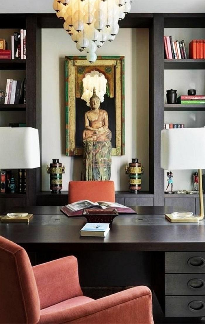 Открытые стеллажи лаконичного дизайна идеально вписались в восточную стилистику кабинета