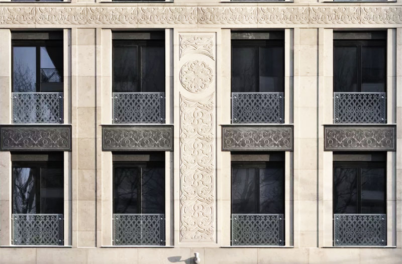 Панорамные окна защищены решётками с ажурной резьбой
