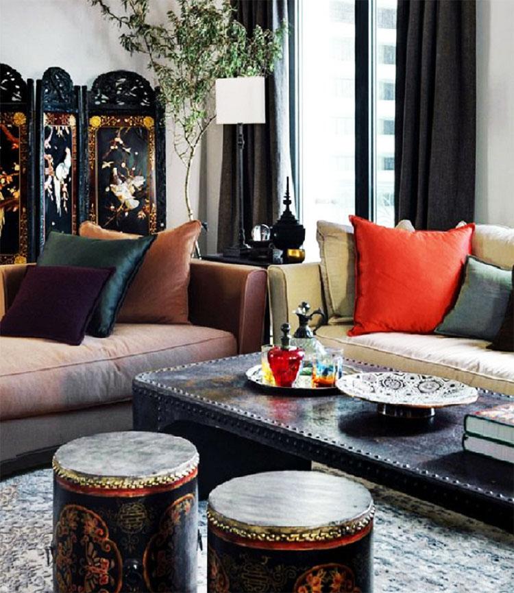Журнальный столик украшают блюда и чайный набор в восточном стиле