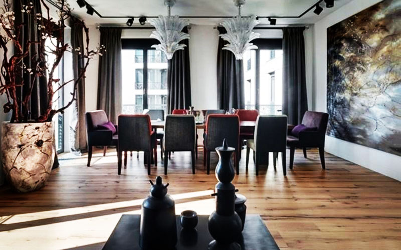 Окна гостиной декорированы однотонными шторами глубокого серого оттенка