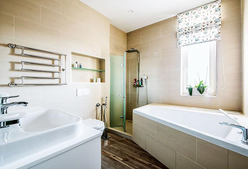 Окно в ванной комнате задекорировали римскими шторами с цветочным принтом